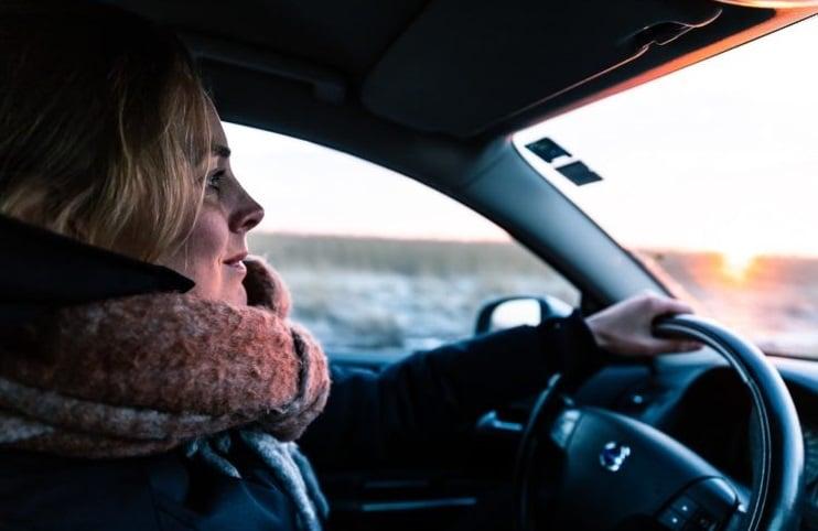 Kvinne i bil